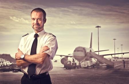 piloto: Sonriendo piloto del avi�n en el fondo Foto de archivo