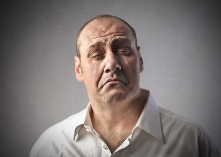 persona triste: Hombre triste llorando Foto de archivo