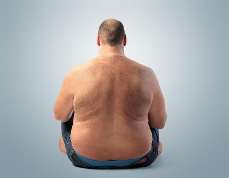 hombre sentado: Vista trasera de un hombre gordo sentado