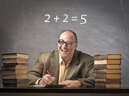 mistakes: Sonriendo profesor con mal c�lculo en la pizarra en el fondo