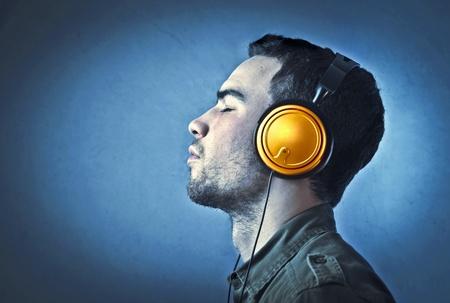 casque audio: Jeune homme �couter de la musique Banque d'images