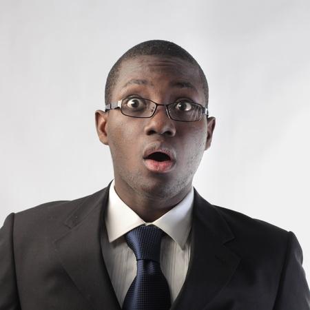 asombro: Hombre de negocios africano con expresión de asombro