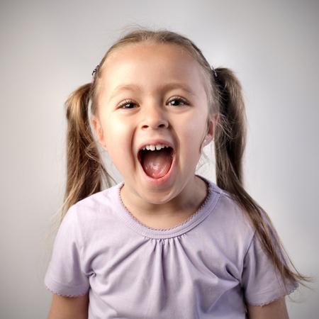 ni�a gritando: Ni�a feliz gritando Foto de archivo