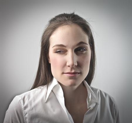 maliziosa: Giovane donna con un'espressione maliziosa
