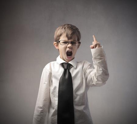enfant fach�: Enfant en col�re d�guis� en un homme d'affaires