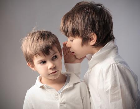 아이는 비밀 자신의 동생을 말하는 스톡 콘텐츠