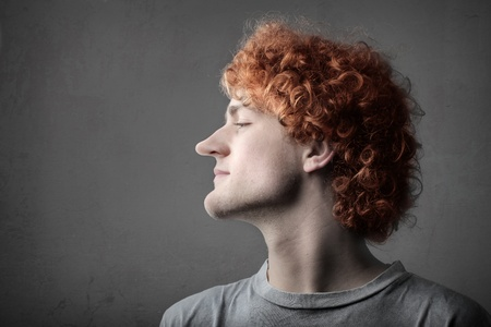 nariz roja: Hombre joven con larga nariz y el ment�n Foto de archivo