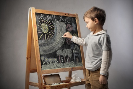 Niño escribiendo en una pizarra Foto de archivo - 11963297