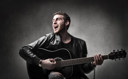 Jeune député jouer de la guitare et le chant
