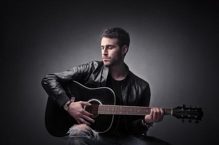 m�sico: Joven tocando la guitarra