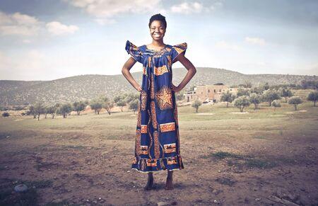 femme africaine: Sourire, femme africaine en costume traditionnel dans un d�sert