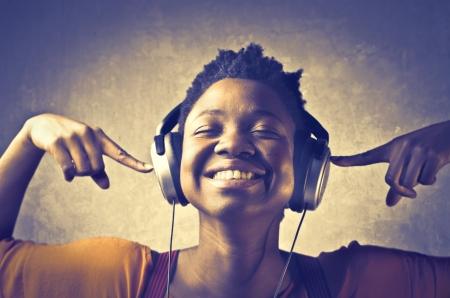 escuchando musica: Sonriente mujer africana escuchar m�sica