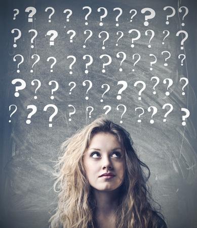 signo de interrogacion: Mujer con expresión pensativa y signos de interrogación sobre su cabeza