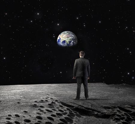 soledad: Hombre de negocios en la Luna mirando a la Tierra