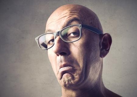 desprecio: Hombre calvo con una expresión cursi