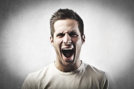 Airado joven gritando