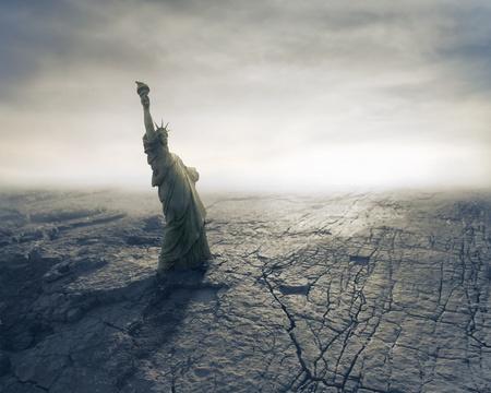 guerra: Estatua de la Libertad en la tierra seca Foto de archivo