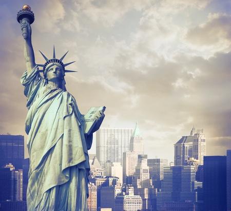 백그라운드에서 뉴욕 자유의 여신상 스톡 콘텐츠