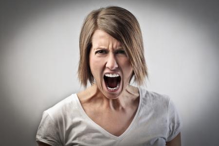 enojo: Mujer enojada gritando
