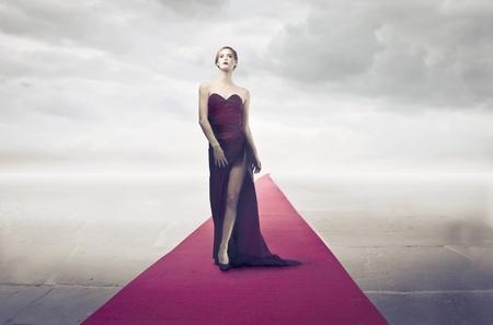 divas: Hermosa diva elegante en la alfombra roja