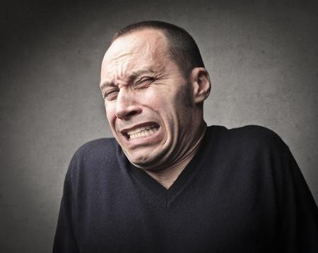 hombre asustado: Asustado el hombre esperaba lo peor Foto de archivo