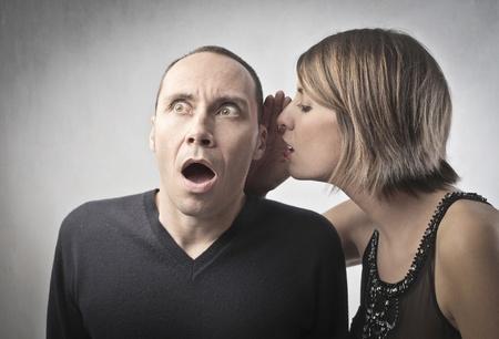 asombro: Mujer joven que decirle a un hombre atónito un chisme
