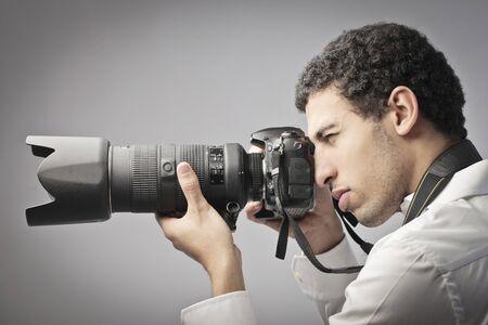 reflex: Giovane fotografo scattare foto con una fotocamera reflex Archivio Fotografico