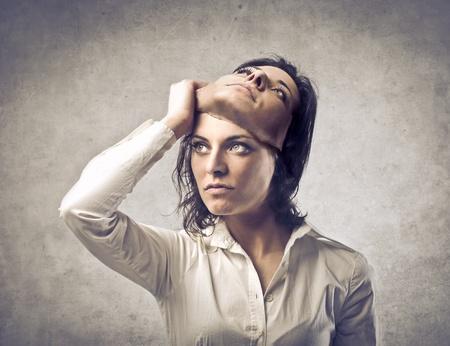 hipocresía: Mujer joven posponiendo una m�scara de s� misma