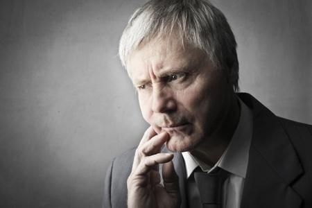 mirada triste: Hombre de negocios superior expresando su preocupación