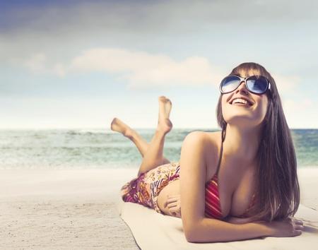 nue plage: Sourire belle femme au bord de la mer