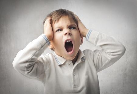 enfant fach�: Enfant en col�re criant Banque d'images