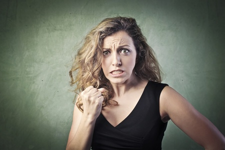 mujer fea: Mujer joven con expresi�n de enojo