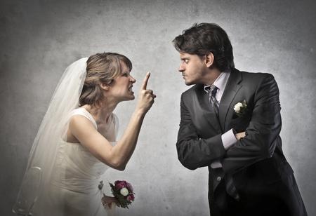 pareja de esposos: Angry pareja se cas� peleas Foto de archivo