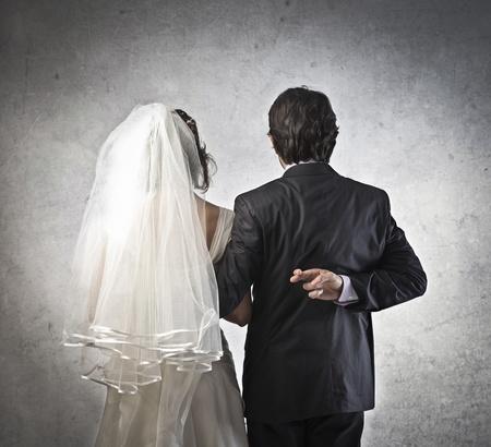 unecht: Ehepaar mit Ehemann �berquerung seine Finger hinter dem R�cken
