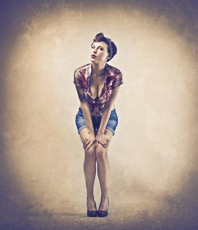 girl sexy nude: Hermosa mujer vestida como una pin-up el env�o de besos Foto de archivo