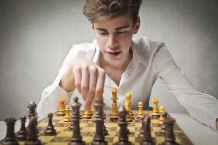 jugando ajedrez: Joven jugando al ajedrez
