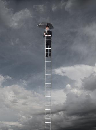 escaleras: Joven hombre de negocios en una escalera sosteniendo un paraguas con cielo de tormenta en el fondo