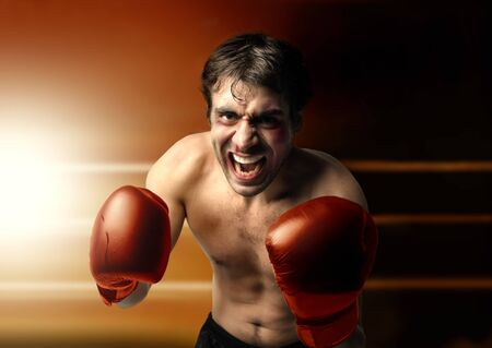 pugilist: Boxeador agresivo en guardia Foto de archivo