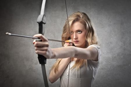 femme dessin: Belle jeune femme dessinant un arc