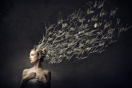 mente humana: Hermosa mujer joven con palabras en lugar de su cabello
