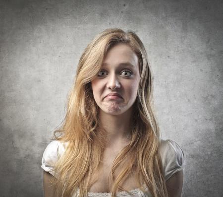 desilusion: Mujer joven con expresión de decepción