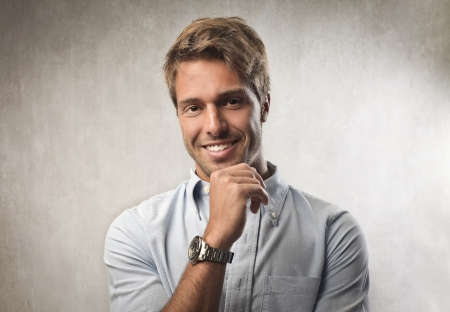 gaze: Glimlachend knappe jonge man