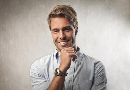 hombres jovenes: Sonriente hombre joven y guapo