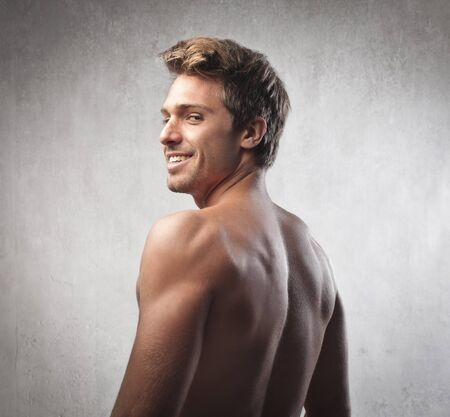 hombre desnudo: Sonriendo apuesto con el torso desnudo hombre joven