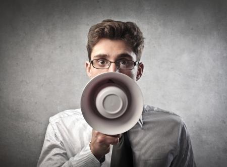 megafono: Joven hombre de negocios hablando por un meg�fono Foto de archivo