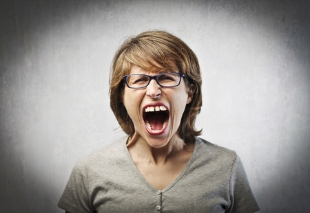 mujer enojada: Mujer enojada gritando