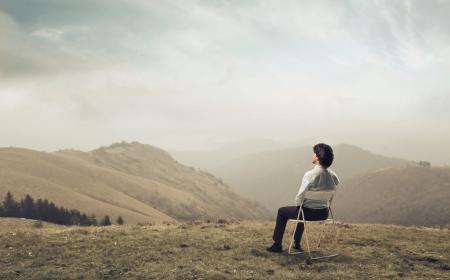 ビジネスマンの丘の風景を眺め