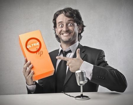 promotes: empresario promueve el producto