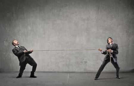 tug o war: Dos hombres de negocios compiten por su �xito