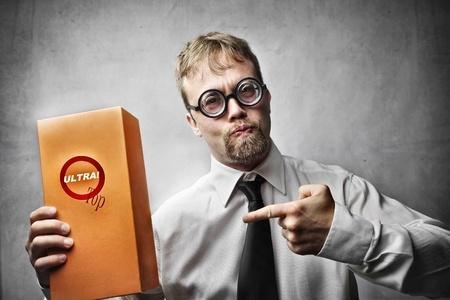 promotes: gracioso hombre con gafas promueve producto